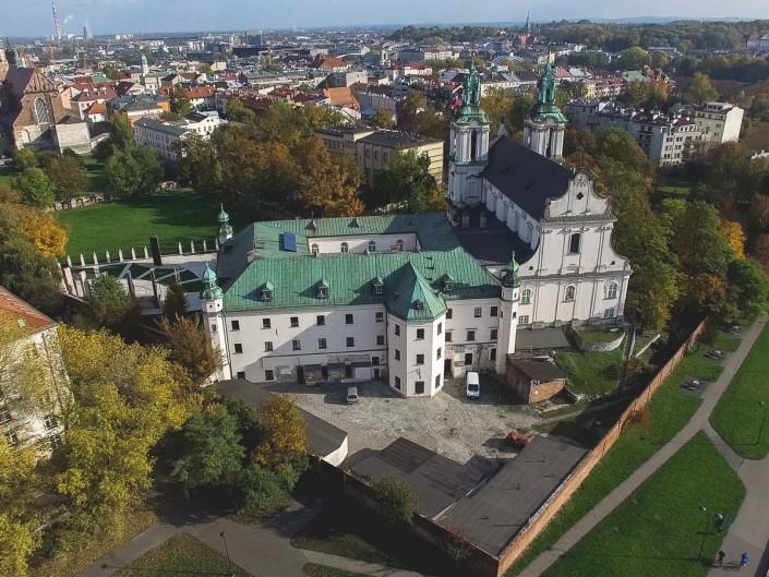 Kościół na skałce - fotografia z drona