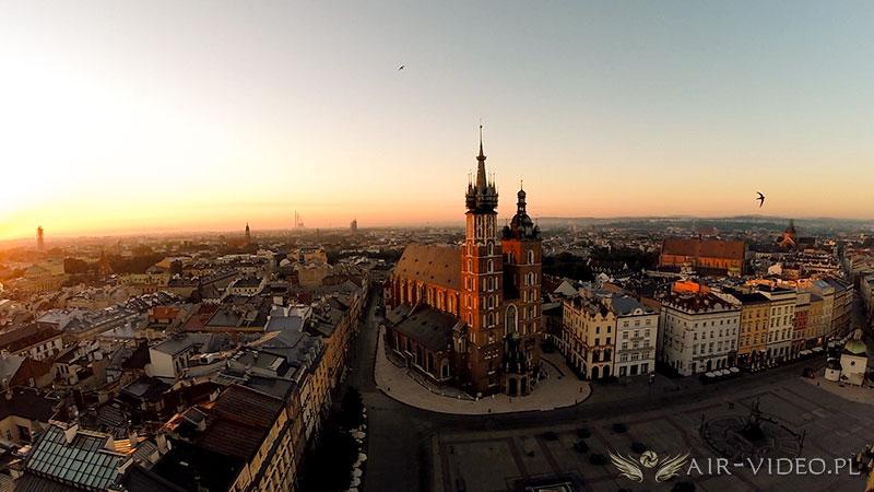 Latanie dronem nad miastami powyżej 25 tysięcy mieszkańców.