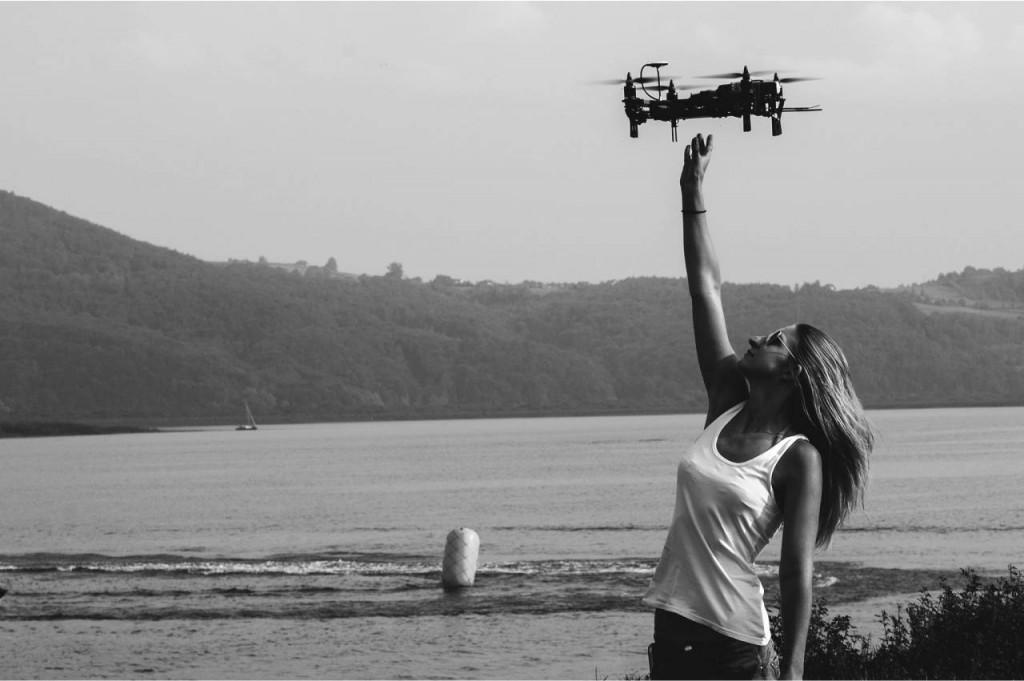 Mały quadrocopter do realizacji szybkich ujęc sportowych